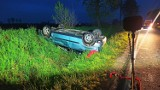 Rozbity samochód po dachowaniu postawił na baczność służby ratunkowe