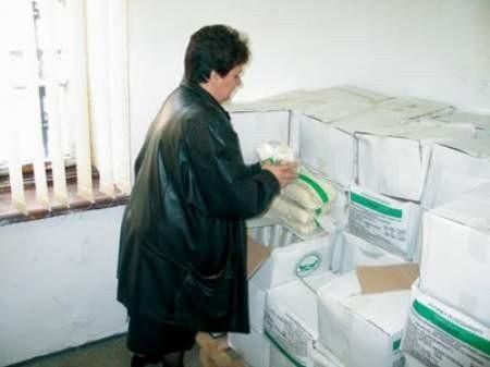 Joanna Szymańska wydaje resztki żywności, które PKPS w Czeladzi otrzymał jeszcze w zeszłym roku.