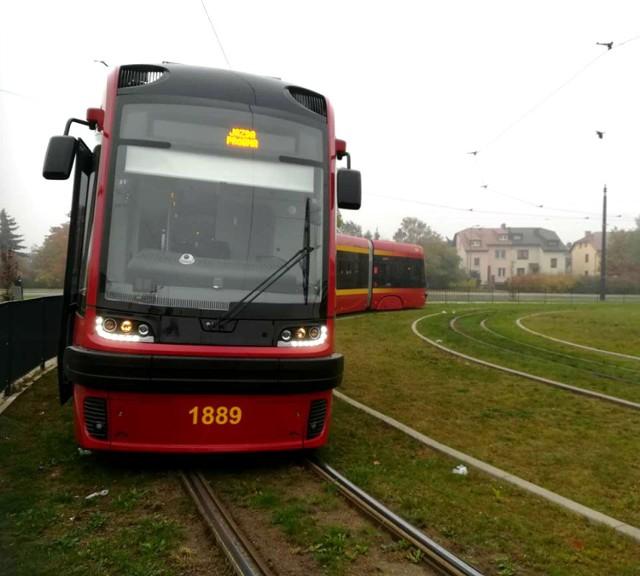 W środę do MPK Łódź dostarczono dziewiąty tramwaj Pesa Swing. Do końca roku mają dotrzeć jeszcze trzy takie tramwaje.  Tramwaj Pesa, która dostarczono do Łodzi w środę, w piątek 19 października przechodził jazdę próbną, czyli pokonał 50 km. Tramwaj zostanie jeszcze poddany testowi niezawodności, czyli musi pokonać bezawaryjnie 3 tys. km. Może to trwać około dwóch tygodni. Test niezawodności zacznie się w sobotę 20 października. Tramwaj będzie jeździł na trasie linii 12. Naliczanie kary za opóźnioną dostawę tego tramwaju zakończy się dopiero po tych testach, gdy zostanie podpisany protokół odbiorczy.