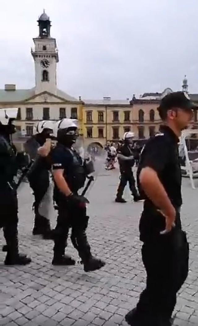 Na cieszyńskim rynku pojawili się kibice i uzbrojona policja