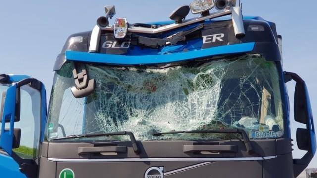 Na autostradzie A4 mężczyzna skoczył z wiaduktu do kabiny jadącej ciężarówki. Omal nie zabił kierowcy!