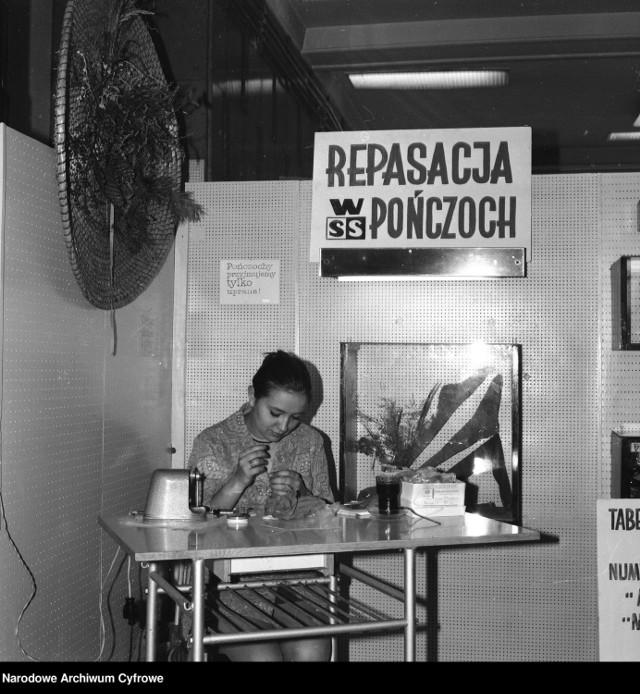 Na zdjęciu: punkt repasacji (naprawy) pończoch.  1970 rok.
