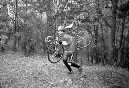 W przełajach trzeba także dobrze radzić sobie z rowerem na ramieniu. Na zdjęciu Seweryn Kwoka.