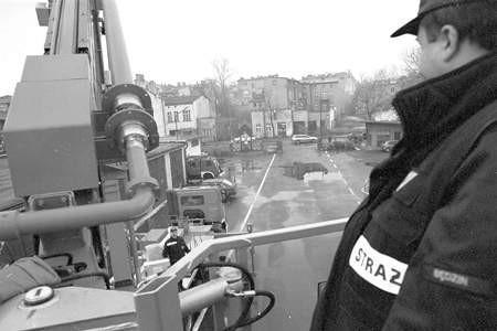 Na szczęście wyposażenie służb ratowniczych jest coraz lepsze. Strażacy dzięki wysięgnikowi dostają się na wyższe piętra.