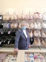 """""""Dziadkowie biznesu"""" proszą o pomoc dla pani Bożeny. Kobieta od 24 lat prowadzi sklep z bielizną. Jej biznes upada"""