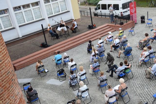 Kwartet smyczkowy Filharmonii Kaliskiej wystąpił pod basztą Dorotką ZDJĘCIA