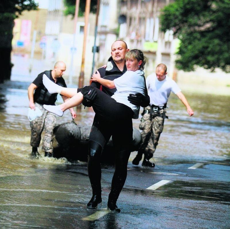 Strażacy z Polski i Niemiec pomagali ewakuować mieszkańców z...