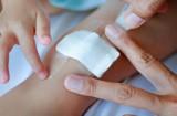 Domowe sposoby na skaleczenia i rany. Jak wygląda zakażenie rany i jak mu zapobiec, gdy nie mamy pod ręką środków odkażających?