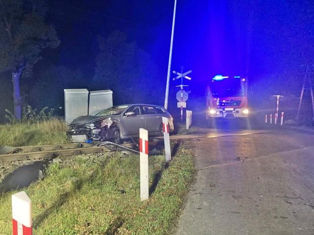 Kierowca vw porzucił aut na przejeździe kolejowym w Białkach
