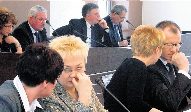 Sprawą radnej Danuty Jabłeckiej (druga od lewej) zajmowali się niedawno radni powiatowi