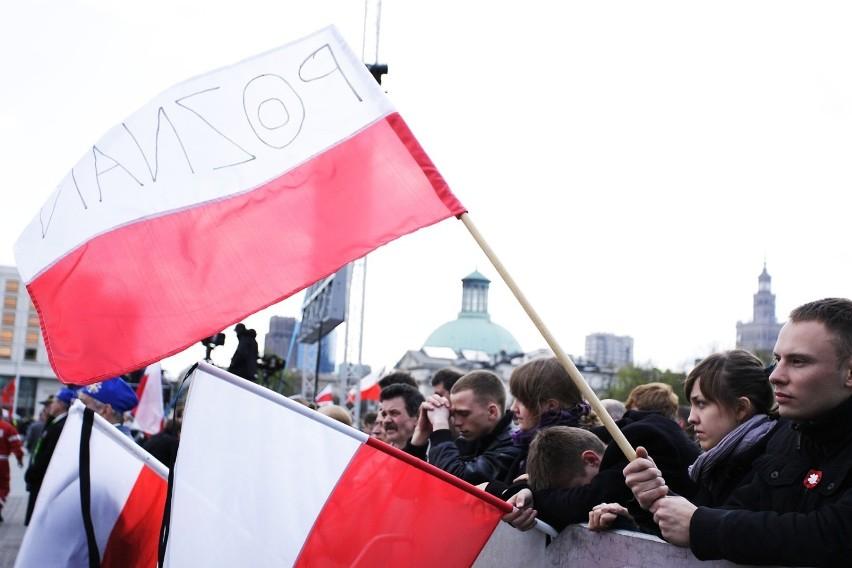 Flaga powinna mieć proporcje 5:8 i być umieszczona na jednym...