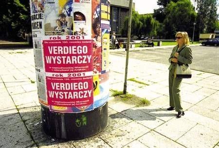 Plakaty informujące o monopolistycznych praktykach filharmonii zawisły w całym mieście, także przed jej budynkiem.ZDJĘCIE: JACENTY DĘDEK