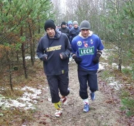 Bieganie w lesie koło Sworów. Na zdjęciu Daniel Jażdżewski i Tomasz Fijut. FOT. WOJCIECH PIEPIORKA