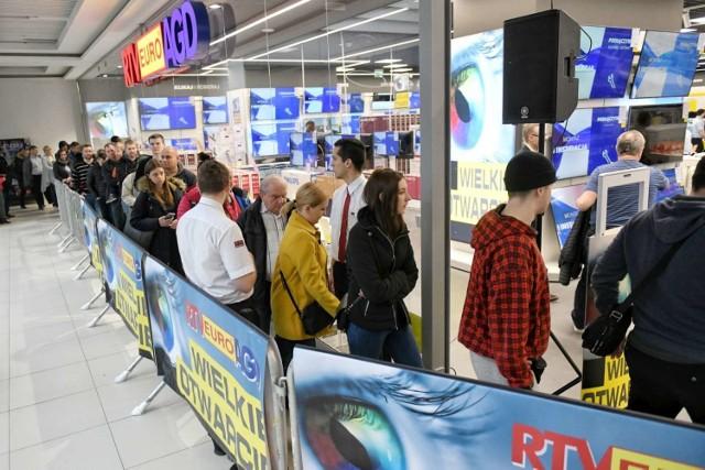 W piątek w centrum handlowym Poznań Plaza otwarto nowy sklep RTV Euro AGD. Promocyjne ceny wybranych produktów sprawiły, że jeszcze przed otwarciem na miejscu ustawiła się spora kolejka klientów.   Zobacz zdjęcia z otwarcia ----->