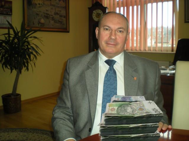 Stefan Kolawiński, burmistrz Bochni, ocieplił swój wizerunek podnosząc pensje. Ta decyzja oznacza, że w ciągu jednej kadencji z budżetu na wypłaty trzeba wydać 2 mln zł więcej