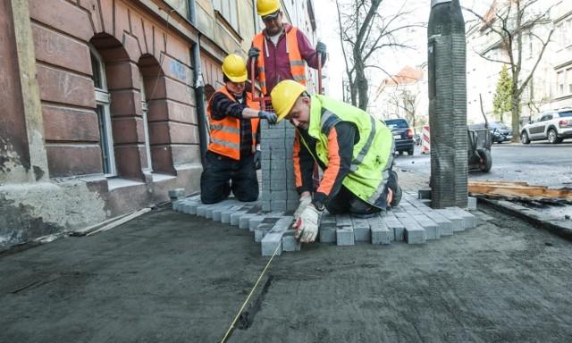 Nasz fotoreporter spotkał ekipę układającą nowy chodnik niedaleko naszej redakcji - przy ul. Zamoyskiego
