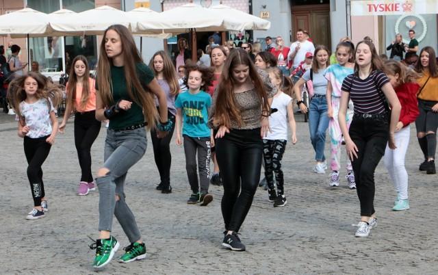 Skocznie i kolorowo na grudziądzkim Rynku Głównym już dawno nie było. Tańczyły dzieci i nastolatki