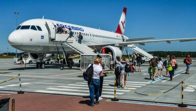 Kolejki po paszporty trwają od tygodni. Kiedy liczba zakażeń spadła, Polacy chcą lecieć za granicę