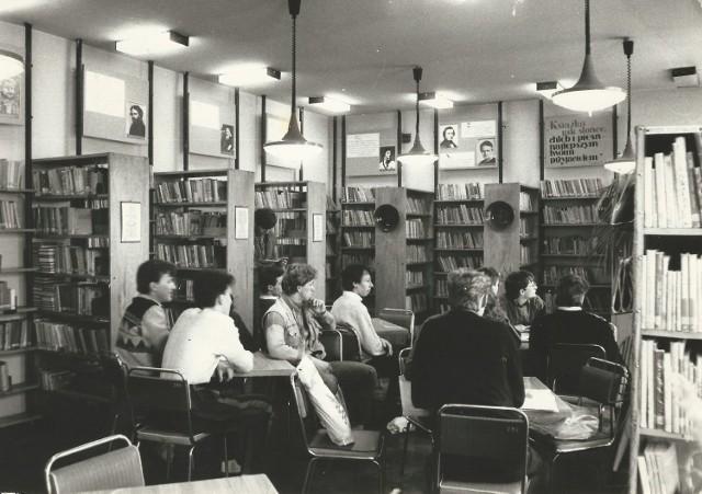 Konińska pisarka, Janina Weneda, z grupą znajomych w bibliotece szkolnej Zespołu Szkół Górniczych. Rok 1980.