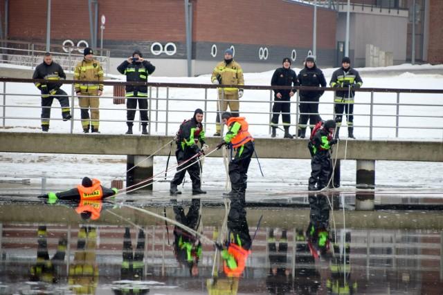 Trening lodowy strażaków na Trzesiecku