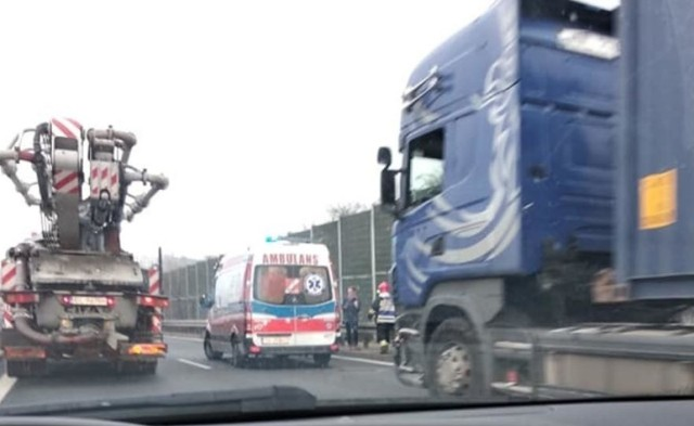 Katowice: Wypadek na tzw. zakręcie mistrzów, czyli na zjeździe DK86-A4. W zderzeniu brała udział ciężarówka i samochód osobowy. Są ogromne utrudnia w ruchu.