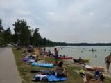 Weekend nad jeziorem Firlej. Słoneczna pogoda sprzyja wypoczynkowi. Zobacz