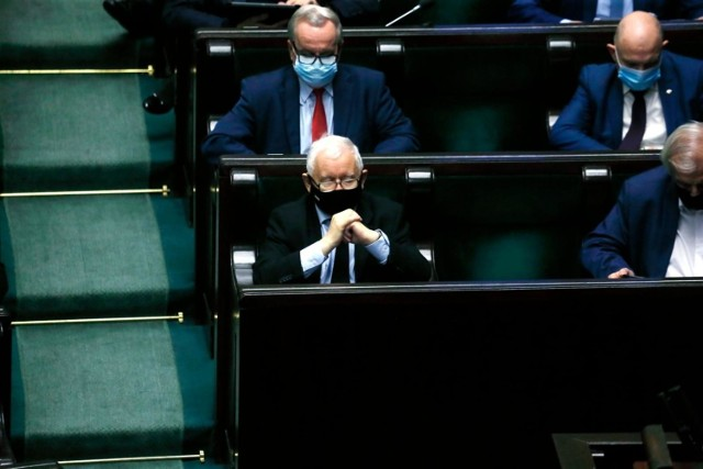 Po dołączeniu do rządu Jarosław Kaczyński musiał złożyć nowe oświadczenie majątkowe. Prezes PiS zgromadził ok. 129 tys. złotych. Tym samym, w ciągu roku, jego majątek powiększył się o 47 tys. zł.  POLECAMY:  Gigantyczne promocje na święta! Co kupisz najtaniej? Oto najlepsze oferty [Media Expert, Empik, X-kom]  Żużlowe WAGs. Poznaj najpiękniejsze partnerki gwiazd speedwaya [zdjęcia]  PIMS - nowa choroba nazywana też dziecięcym zespołem pocovidowym atakuje dzieci także w Toruniu. Jakie ma objawy? Czy PIMS można wyleczyć?