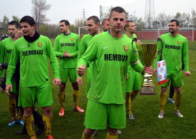 Marcin Kalinowski, kapitan MKS Trzebinia-Siersza, prezentuje trofeum w zachodniej Małopolsce.
