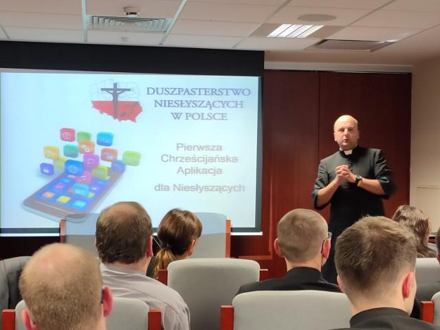 Aplikacja, której pomysłodawcą jest ks. Migacz, ma ułatwić życie religijne osobo niesłyszącym