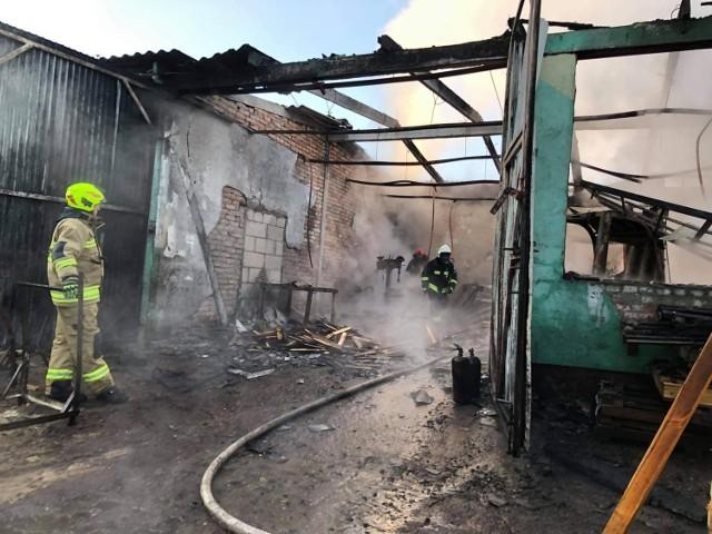 Dzisiaj (wtorek, 8.06.2021 r.) około godz. 4.30 doszło do pożaru w zakładzie produkcyjno-magazynowym opakowań drzewnych w Świerznie (gm. Miastko). W pobliżu stały duże zbiorniki z paliwem. Straty oszacowano na 200 tysięcy złotych.