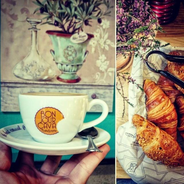 W BonJour CaVa znajdziesz wypieki iście francuskie. Chrupiące pieczywo, apetyczne tarty i gorące croissants. To wszystko w zestawie z pyszną kawą. Idealne miejsce na ponure wieczory.    Adres: Dolnych Młynów 10