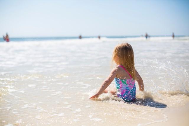 Dzieci są grupą szczególnie narażoną na poparzenia słoneczne, dlatego tak ważne jest aby prawidłowo chronić ich skórę przed promieniowaniem UV.