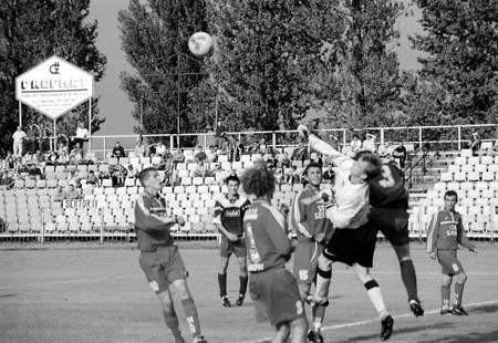 W sobotę rozegrano derby powiatu na Rakowie, w czwartek zespoły z regionu spotkają się w Kościelcu. Fot. TOMASZ ZABOROWICZ