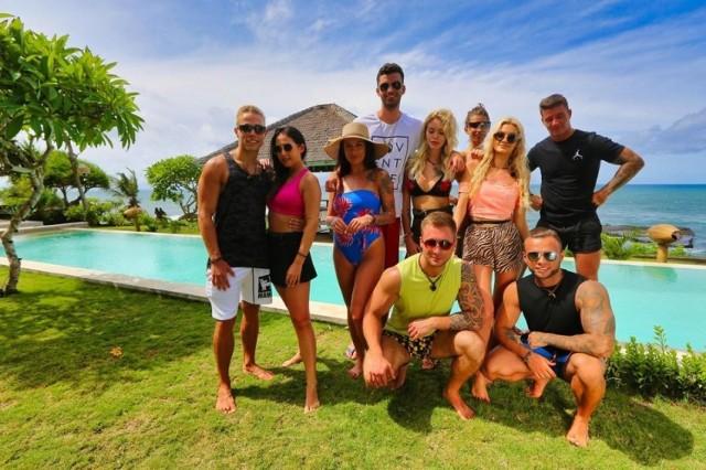"""– W rajskim hotelu na magicznej wyspie Bali kilkunastu singli podejmie niebezpieczną grę, w której stawką będą miłość i pieniądze. Cel jest jeden: znaleźć parę i zostać w programie jak najdłużej! – tak zapowiadana był polska edycja hitowego, telewizyjnego reality show """"Hotel Paradise"""". Jednak to niejedyny program, w którym czasem robi się naprawdę gorąco… Sprawdźcie nasze propozycje!  Przejdź do galerii --->"""