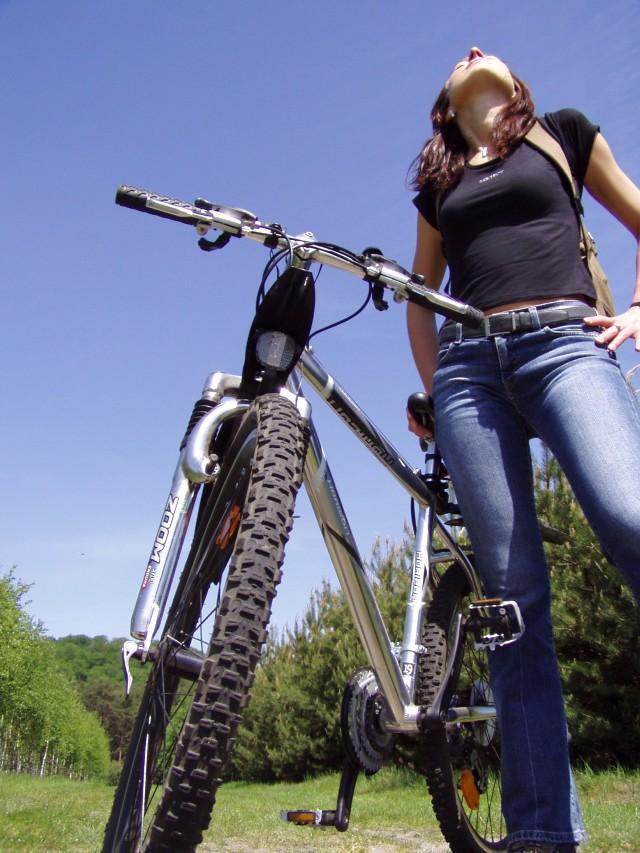Niektórzy młodzi inowrocławianie udaję się podczas wakacji na wycieczki rowerowe.