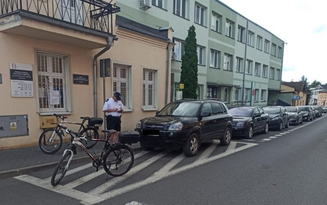 Kruszwiccy policjanci patrolują miasto na rowerach. Zwracają m. in. uwagę na sposób parkowania pojazdów. Służą też pomocą turystom odwiedzającym Kruszwicę