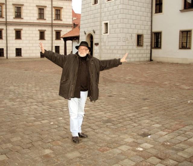 Jerzy Antkowiak (ur. 1935) – projektant mody, stylista.   Artysta z charakterystycznym szalikiem owiniętym wokół szyi. Organizował liczne pokazy mody nie tylko w Polsce, ale i za granicą. W latach 1979-1985 roku Jerzy Antkowiak był dyrektorem ds. wzornictwa w Modzie Polskiej.   W 1993 r. ukazała się książka Sekrety modnych pań, którą Jerzy Antkowiak napisał wspólnie z Barbara Żmijewską.