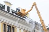 Wielkie odśnieżanie dachu Akademii Rycerskiej w Legnicy