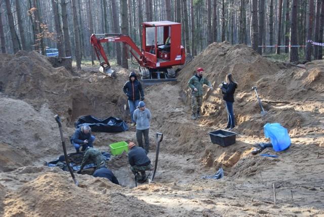 Ekshumacje zwłok pilotów samolotu znalezionych w Bieruniu potrwają kilka dni.