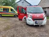 Wypadek w gospodarstwie w Bogusławicach. Maszyna wciągnęła mężczyźnie ręce. ZDJĘCIA