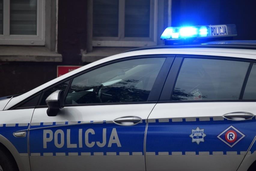 Policja kontrolowała centra handlowe i sklepy w nich. Nie wszyscy kupujący i sprzedawcy nosili maseczki
