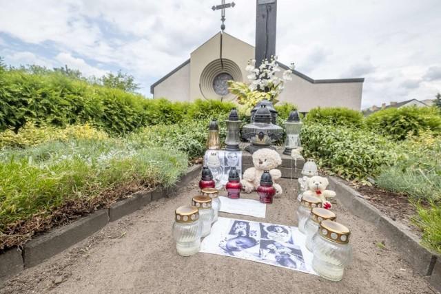 Symboliczny grób 11-miesięcznego Szymona przeciwnicy szczepień postawili przed kościołem na os. Zwycięstwa.