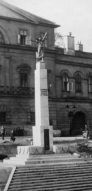 Pod Zamkiem znowu stanie Pomnik Legionistów.   REPRODUKCJA: WOJCIECH TRZCIONKA