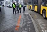 Policjanci przy przejściach dla pieszych w Katowicach. Apelują: Odłóż telefon i żyj! ZDJĘCIA