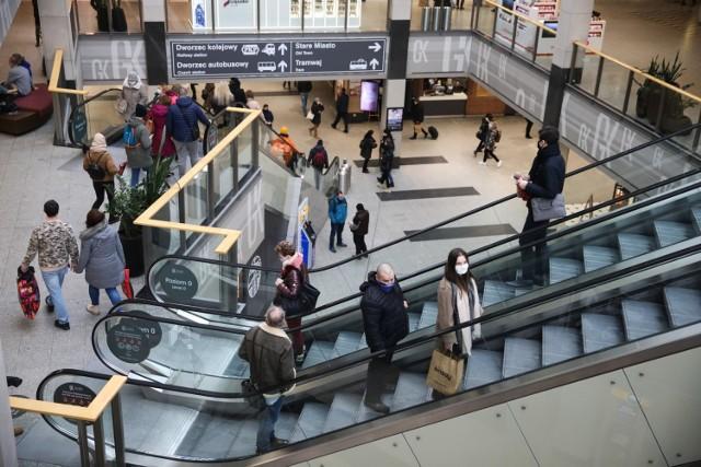 Od poniedziałku (1 lutego) w Polsce zniesiona została część obostrzeń związanych z pandemią koronawirusa. Przede wszystkim w pełni otwarte zostały galerie handlowe (przez ostatnie tygodnie działały w nich tylko nieliczne sklepy). Do centrów handlowych w Krakowie od razu ruszyło wielu klientów.