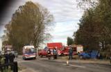 Wypadek w Cedrach Wielkich. Samochód zawisł nad rowem