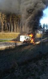 Uwaga. Spalił się samochód na S8. Droga z Warszawy do Wrocławia zablokowana (ZDJĘCIA)