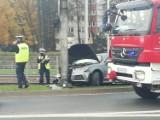 Wrocław. Zobacz zdjęcia z groźnie wyglądającego wypadku na ul. Legnickiej. Auto uderzyło w słup