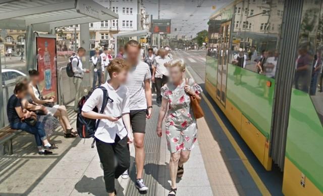 Każdy z nas spędził wuchtę czasu, czekając na tramwaje i autobusy MPK Poznań. Nie wykluczone, że z jednego z takich oczekiwań macie wyjątkową pamiątkę. Wybraliśmy się na wirtualny spacer po mieście i zebraliśmy zdjęcia osób czekających na przystankach. Co ciekawe, na jednym rozpoznaliśmy redakcyjnego kolegę. Może znajdziecie także siebie?  Kolejne zdjęcie-->