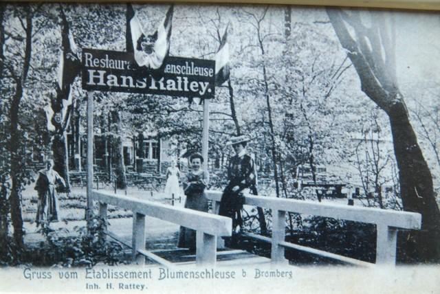 """Restauracja Hansa Ratteya przy jednej ze śluz kanału, nazywaną """"Blumenschleuse""""."""